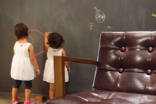 美容室の壁にお絵かきする子ども