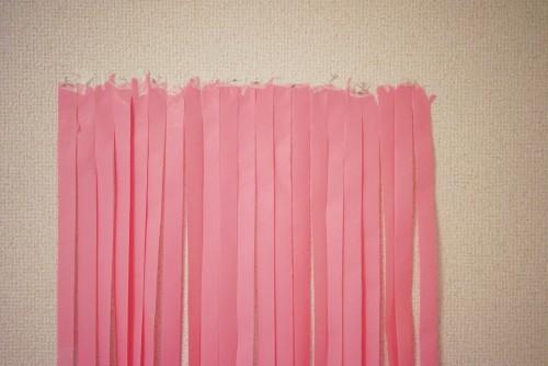 ピンクの紙テープを壁に貼ったところ