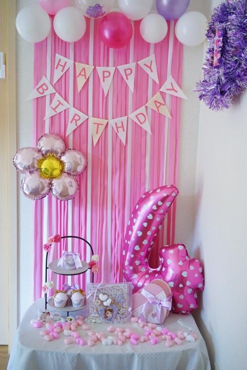 バルーンと紙テープを使った4歳の女の子の誕生日飾りつけ