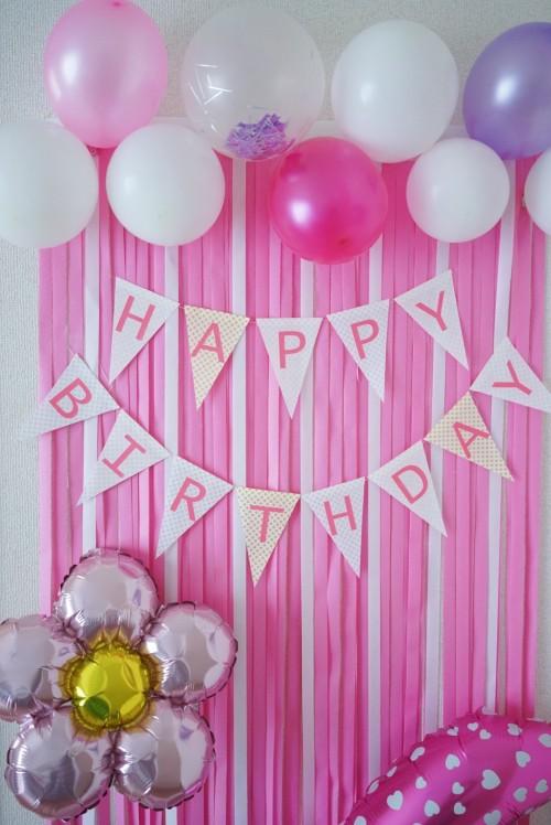 バルーンと紙テープで誕生日の飾りつけ