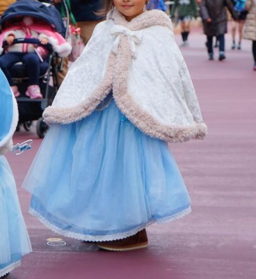 ケープとドレスを着た女の子