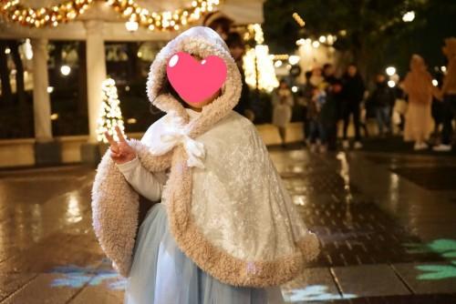 夜にケープを着た女の子