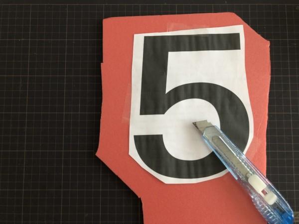 台紙を数字の形に切り抜く