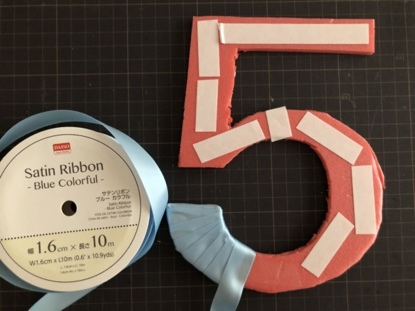 台紙に両面テープを貼り、リボンをまきつける