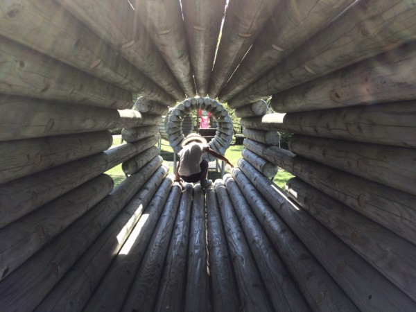 トンネルの遊具をくぐる子供