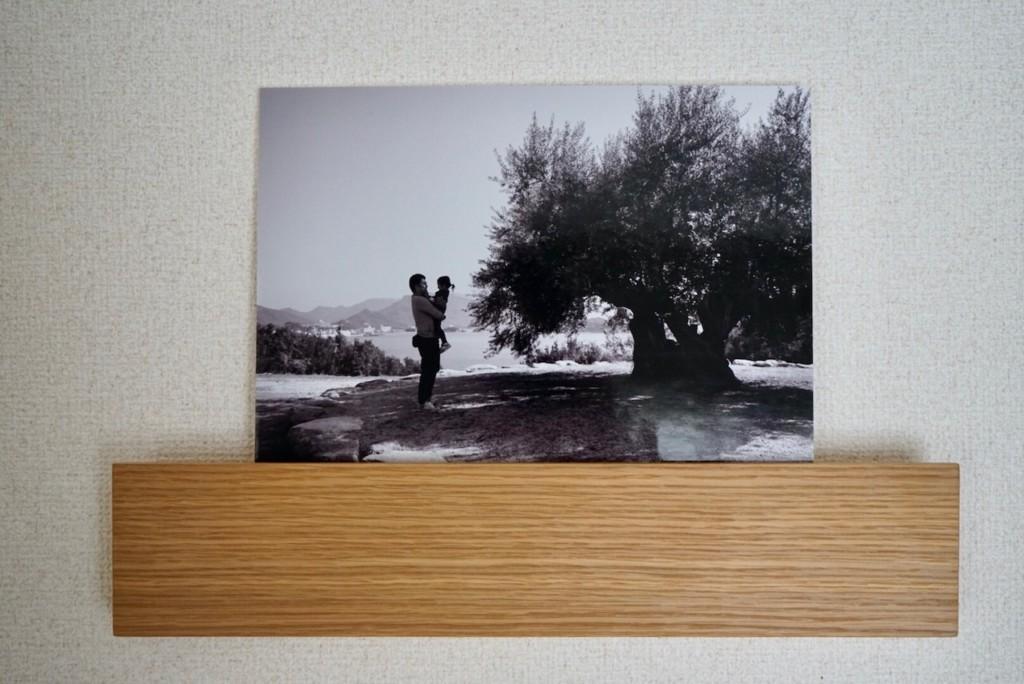 無印良品の壁に付けられる棚に写真を飾る
